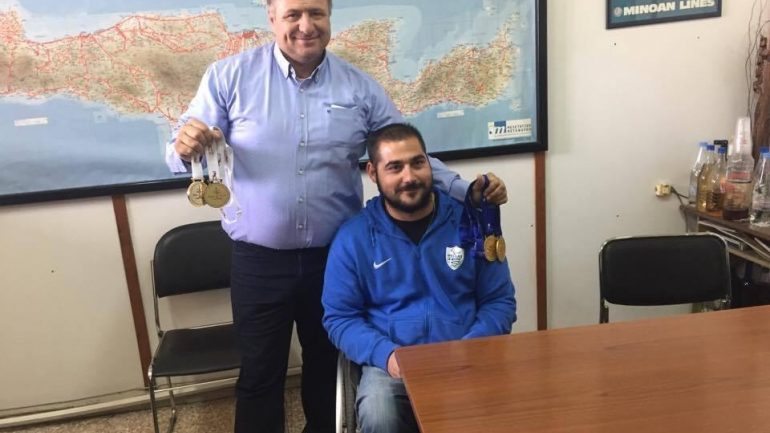 """Ο """"χρυσός"""" αθλητής από τη Μεσαρά δέχτηκε τα συγχαρητήρια των στελεχών της ΚΤΕΛ που εδώ και πολλά χρόνια στηρίζει την προσπάθεια του αφού είναι επίσημος χορηγός !"""